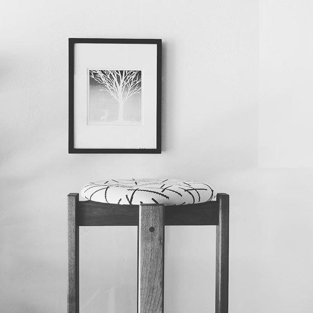 珪藻土の壁に版画。 トリコテのスティック柄ファブリックの椅子は軽くて持ち運び便利なスタッキングスツール プレオープン9/3-9/30期間中〜の営業は金、土、日、月11:00〜17:00となります。 アルタナカフェのハナレHANARE- ALTANAアルタナの丁度良い「しつらえ」-部屋を考える-お店。天然木テーブル・チェア・ソファ・キッチン・生活道具雑貨・本・グリーン・アート 富士市役所北 アルタナカフェ向かいopen!0545-51-8700