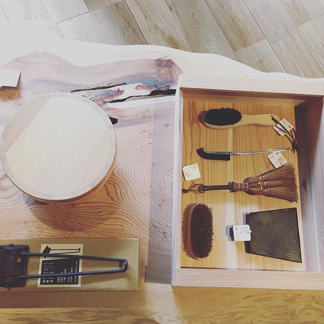 秋田杉の一枚板に暮らしの道具。