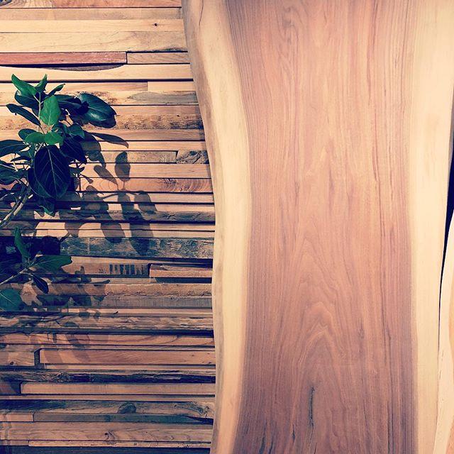 ハナレアルタナでは、天然木一枚板オーダーテーブルの展示販売をしています。塗装前の一枚板それぞれの表情、カタチ、手触り、サイズを比較、塗装と脚を選択して一点モノのインテリアコーディネートをお愉しみください。写真は、ゆるくカーブしたラインが美しい展示中のブラックウォールナット一枚板。