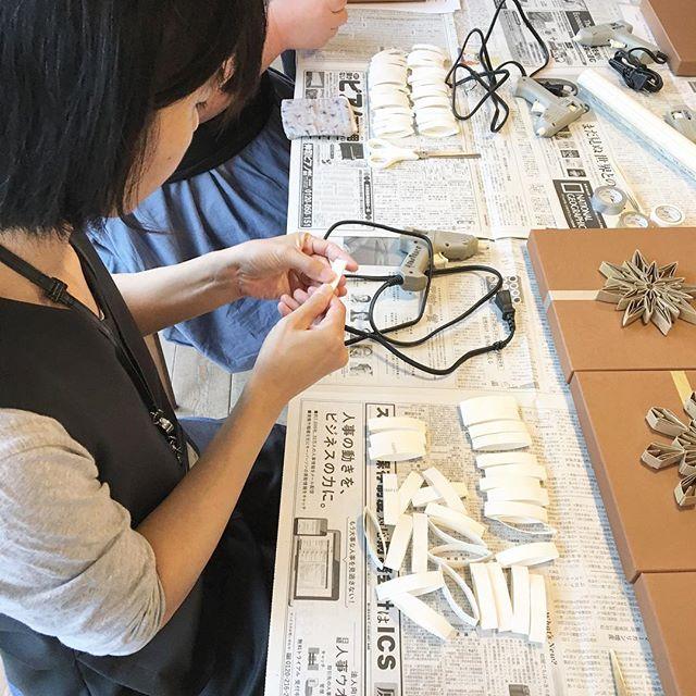 昨日行った「カタチをデザインする箱」のワークショップ! カットしたトイレットペーパーの芯をグルーガンで固定!思い思いの作品が出来あがりましたよ! 「山田ゆかの棚」好評開催中!! 9月24日(日)まで開催しておりますので、是非山田さんの作品をご覧になってください。