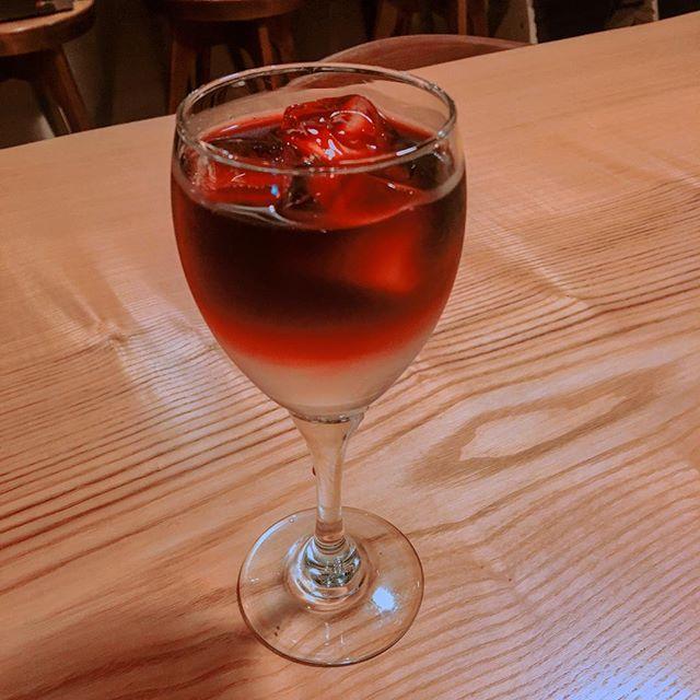 「アメリカンレモネード」 ワインとレモネードを合わせたカクテル。飲み口が良くワインが苦手な方でも不思議と飲めちゃいます! 本日は週に一度のアルタナ、夜カフェの日、17:00-21:00まで営業しておりますのお仕事帰りにどうですか?