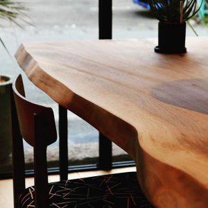展示中のブラックウォールナットMUKUTENとウォールナットチェアmasterwal×totoricote ダイニングテーブルやミーティングテーブルに ハナレアルタナでは、天然木一枚板オーダーテーブルの展示販売をしています。塗装前の一枚板それぞれの表情、カタチ、手触り、サイズを比較、塗装と脚を選択して一点モノのインテリアコーディネートをお愉しみください。店舗展示外でも樹種サイズオーダー対応いたします。