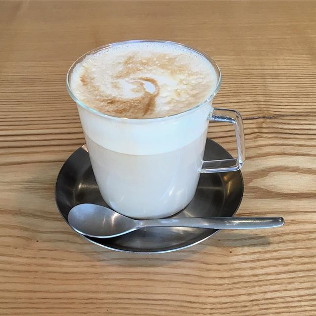 当店でも人気のホットカフェラテ! 寒くなって来たこの時期にピッタリですよ。 10/31tue. 本日も10:00〜オープン! 10:00-17:00カフェタイム 11:00-15:30ランチタイム
