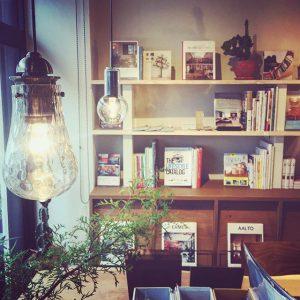 雨模様の窓際で硝子を透過する灯りが美しいレトロなペンダント照明。 ガラスペンダント照明 LED電球4.7W(白熱灯60W相当) 22,000yen+TAX ハナレアルタナの営業は金、土、日、月11:00〜17:00となります。 アルタナカフェのハナレHANARE- ALTANAアルタナの丁度良い「しつらえ」-部屋を考える-お店。天然木テーブル・チェア・ソファ・キッチン・生活道具雑貨・本・グリーン・アート 富士市役所北 アルタナカフェ向かいopen!0545-51-8700