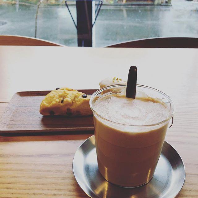 寒いく冷たい雨降りの日は、暖かいカフェラテで冷えた身体を温めながらゆっくりお過ごしください。スコーン本日は、7種のフレーバーご用意しています。