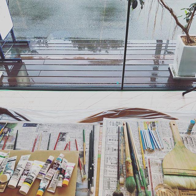 13時から ALTANA Café オープン1周年記念!! 「画家・持塚さんといっしょに大きなガラスに絵を描こう!Vol.2」がはじまります! ALTANA Caféオープン1周年を記念して、昨年も開催した、画家・持塚三樹(もちづか・みき)さんのワークショップを開催します!! 持塚さんといっしょにアルタナの大きなショーウィンドウガラスに直接、 みんなで力を合わせて一つの絵を描きます。(制作過程の見学も自由にご覧ください)