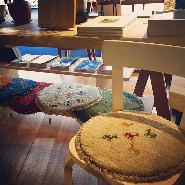 これからの季節、板座の椅子を暖かに。ギャベはイラン南西部の遊牧民の織物。丸い形は珍しく、可愛いらしい印象。 丸ギャベ 8,000yen+TAX #No.69 ハナレアルタナの営業は金、土、日、月11:00〜17:00。 アルタナカフェのハナレHANARE-ALTANA アルタナの丁度良い「しつらえ」-部屋を考える-お店。天然木テーブル・チェア・ソファ・キッチン・生活道具雑貨・本・グリーン・アート 富士市役所北 アルタナカフェ向かいopen!0545-51-8700