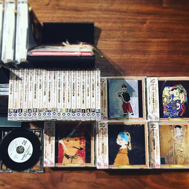 アーブル美術館プレゼンツCD「クラシック音楽の或る棚」名曲シリーズ。第一建設フリーマガジン『暮らす、プラス。』の表紙でお馴染みの名画のそれぞれの贋作からイメージしたクラシック音楽が詰まっています。 CDアーブル美術館プレゼンツ「クラシック音楽の或る棚」名曲25枚シリーズ 各1,500yen+TAX #名画 ハナレアルタナの営業は金、土、日、月11:00〜17:00。 アルタナカフェのハナレHANARE-ALTANA アルタナの丁度良い「しつらえ」-部屋を考える-お店。天然木テーブル・チェア・ソファ・キッチン・生活道具雑貨・本・グリーン・アート 富士市役所北 アルタナカフェ向かいopen!0545-51-8700