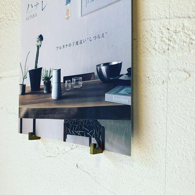 フック画鋲2つ使いで、壁にポストカードや写真を飾る。 6個入り 1300yen+tax ハナレアルタナの営業は金、土、日、月11:00〜17:00となります。 アルタナカフェのハナレHANARE- ALTANAアルタナの丁度良い「しつらえ」-部屋を考える-お店。天然木テーブル・チェア・ソファ・キッチン・生活道具雑貨・本・グリーン・アート 富士市役所北 アルタナカフェ向かいopen!0545-51-8700