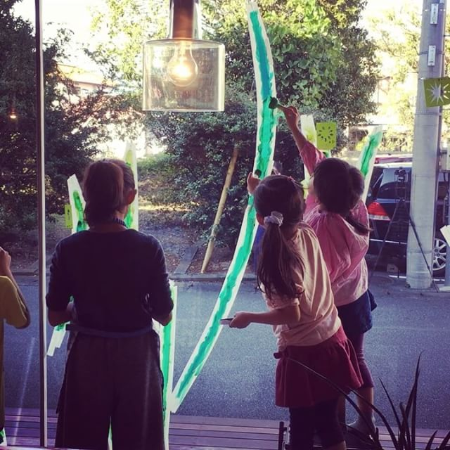 ALTANA Café オープン1周年記念!! 「画家・持塚さんといっしょに大きなガラスに絵を描こう!Vol.2」 ALTANA Caféオープン1周年を記念して、昨年も開催した、画家・持塚三樹(もちづか・みき)さんのワークショップを開催します!! 持塚さんといっしょにアルタナの大きなショーウィンドウガラスに直接、 みんなで力を合わせて一つの絵を描きます。 10月22日(日) 13:00~15:00 年長~小学生 ※子ども向けのワークショップです。 参加費1,000円 (ドリンク・デザート付) お申込→ http://culas-plus.jp/concept/11092.html