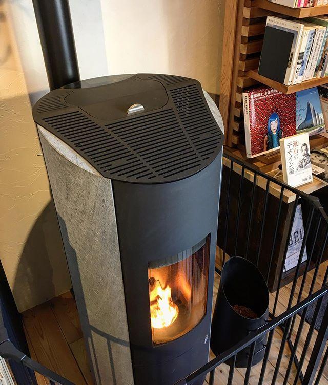 カフェで使用中のペレットストーブ! 音も静かで輻射熱で効率よく室内を暖めてくれます。 11/6mon. 本日も10:00〜オープン中! 10:00-17:00カフェタイム 11:00-15:30ランチタイム