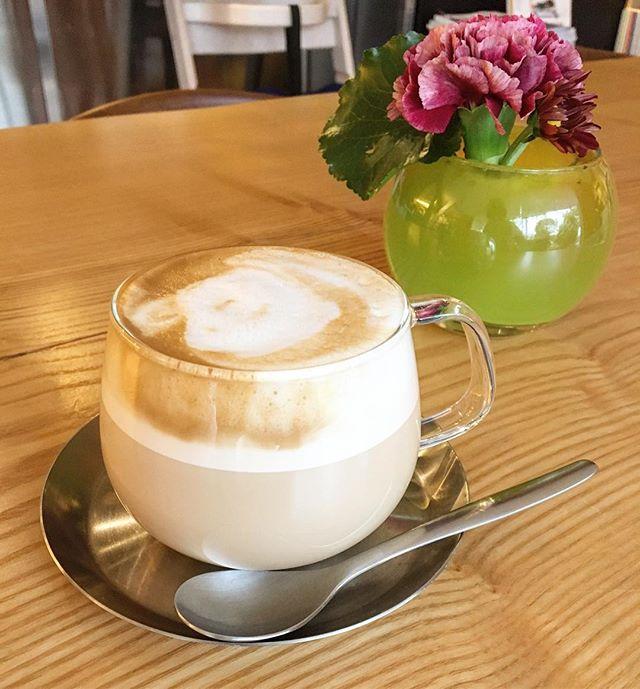 クリーミーなミルクが特徴のカプチーノ スチームで泡だてたミルクはより甘みが引き立ち美味しいですよ! 11/24fri. 本日も10:00〜オープン中! 10:00-17:00カフェタイム 11:00-15:30ランチタイム 17:00-21:00夜カフェ