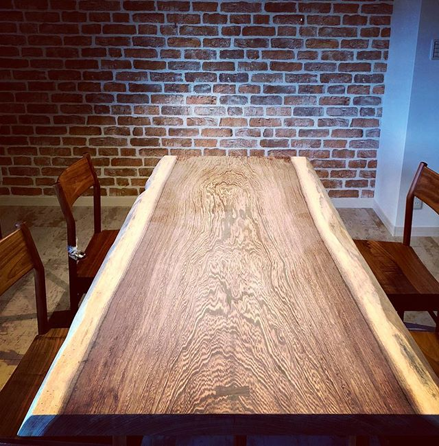 ハナレアルタナのウェンジ一枚板MUKU_TEN リフォームを機にダイニングテーブルをお探しにハナレに訪れてくださいましたお客さまのイメージをお聞きし、褐色縞模様のグラデーションが美しいウェンジ一枚板+ブラックウォールナット脚(1700mm×720mm)をご提案させていただきました。