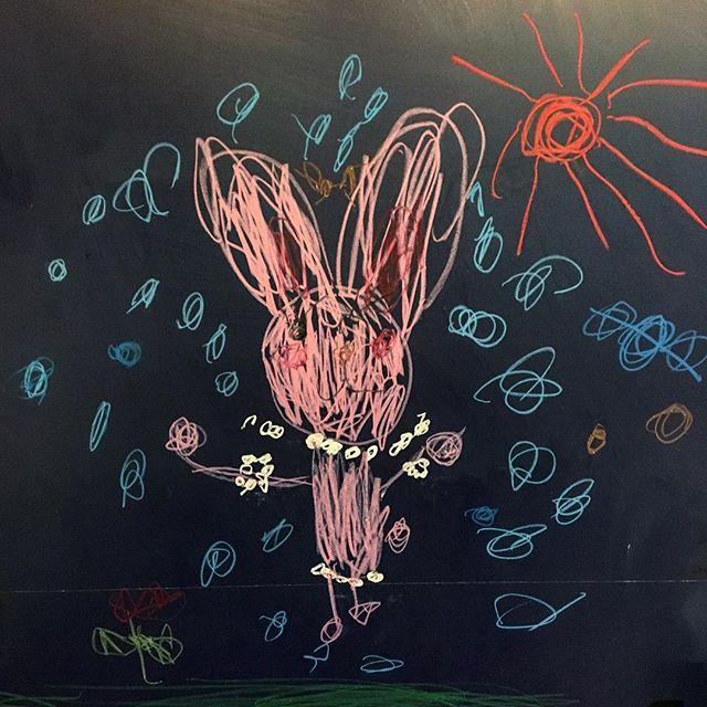 「或る日の作品」 先日アルタナカフェのキッズコーナーでお子様が描いてくれた作品です。 壁一面に自由に絵を描いていただけますので、お子様にもぜひ作品を描いてもらってくださいね(^^) 本日も10:00より営業しております。