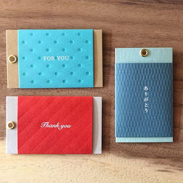 もうすぐクリスマス。 ハナレではプレゼントのラッピングを承っております。 また、¥250+taxでメッセージカードをつけることもできます。 のし紙のような帯に包まれたメッセージカードで、一言お気持ちを添えてみてはいかがでしょう? マルアイ おくるみカード ・FOR YOU ・Thank you ・ありがとう ・CONGRATULATIONS ・Happy Birthday ・ほんのきもち 各¥250+tax