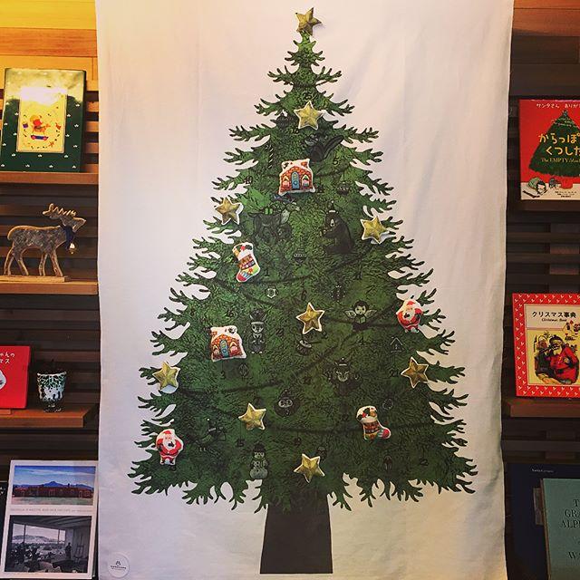 本日12/1fri.も10:00〜オープン! 10:00-17:00カフェタイム 11:00-15:30ランチタイム 17:00-21:00夜カフェタイム 本日は21時までの夜営業の日です。 或る棚にクリスマスツリーを。 クリスマスタペストリーに手作りの布製のオーナメントをあしらいました。手作り布小物キットを販売しているnunocotoのもの。毎年使えて、簡単に出し入れできるのが嬉しいタペストリー。何よりも手作りの暖かみが感じられるのが一番の魅力です!ご購入はコチラからどうぞ