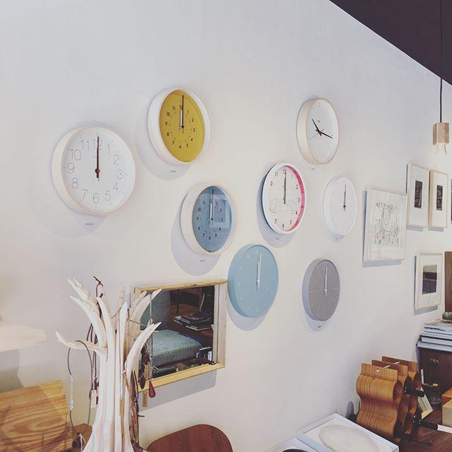 時計入荷しました! どんなお部屋にも馴染むシンプルなものから、 お部屋の主役になるような デザイン性が高いものまで。 また、店頭にある商品はもちろん カタログ内のものもお取り寄せできますので、 お気軽にスタッフまでお問い合わせください