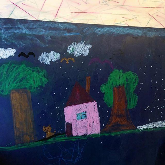 「先日の作品」 アルタナカフェのキッズコーナーに設置してあるお絵かきが出来る壁。 先日来場されたお子様と既に来店されていたご家族のお子様が偶然お友達という事で合作で絵を描いてくれました(^^) ご来店の際にはお子様に絵を描いたり積み木で遊んだりお楽しみいただけますよ! 本日も10:00より、オープン中!