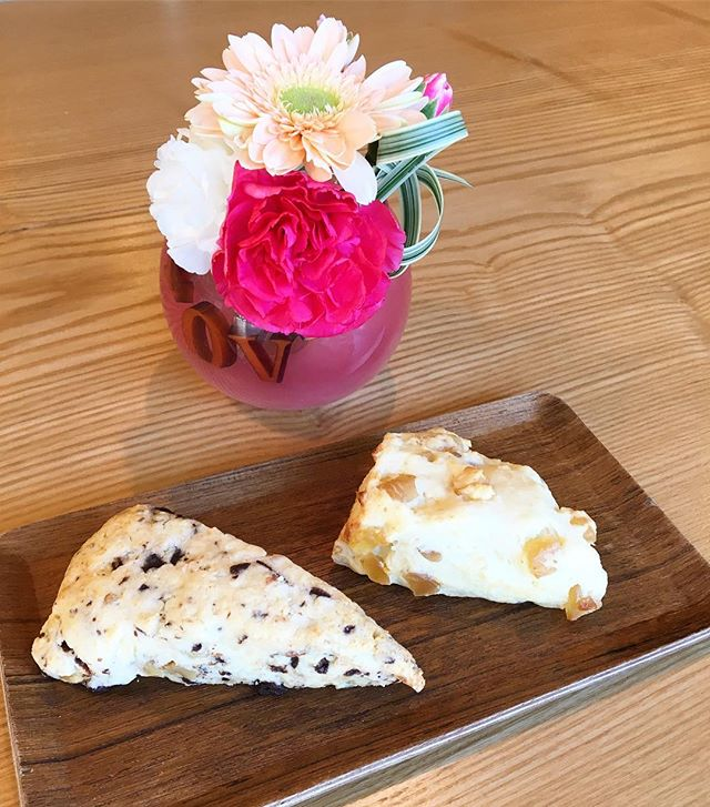 スコーン焼き上がりました。 左はチョコナッツ 右はドライピーチ&クリームチーズ チョコナッツはミックスナッツがアクセントになっていてサクサクの仕上がり、ドライピーチ&クリームチーズはクリームチーズが入っているのでしっとりとした食感になっています。 テイクアウトも出来ますのでお家や職場でシェアしていただくのもオススメです。 (4つお買い上げでスコーン1つサービス付)