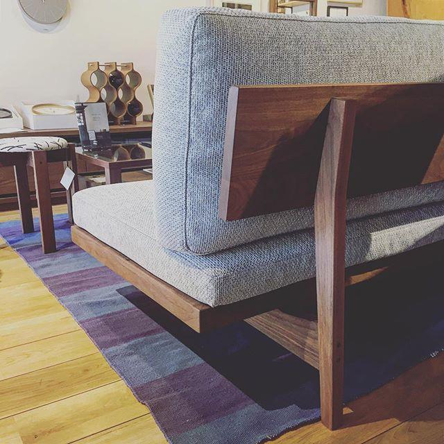 後ろ姿も美しいソファ。 MasterwalのPORO SOFA 木部は全て高品質無垢のウォールナット材使用。部屋の真ん中に置いて後ろ姿も見せたくなる主役級の逸品です。