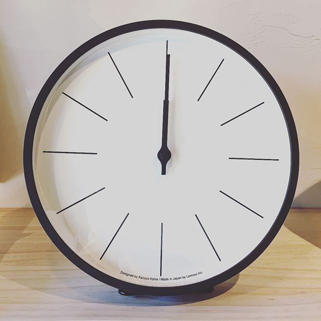シンプルで端正な印象の時計あります。その他、お部屋のアクセントになるデザインやカラフルな時計も取り揃えております!サイズ感や素材感、時刻の見易さはぜひ、実物をご覧になってみてください。 pic1;時計台の時計(電波時計)8,000yen+tax 直径25.4cm 奥行4.5cm pic.2;MNEMONナチュラル(電波時計)7,000yen+tax 直径25.4cm奥行5cm pic.3;Campagne(電波時計)10,000yen+tax 直径29.4cm奥行5.4cm pic.4;dandelion ベージュ5,000yen+tax 直径29cm奥行4cm