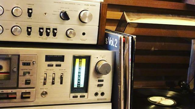 アルタナカフェのラウンジスペースは、リビングルームでのアナログ感覚の寛ぎをイメージした空間。 レコード、カセットテープのアナログな音色とともにお食事、ドリンク、読書、会話をお愉しみください。