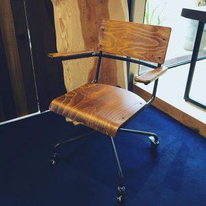 プライウッドの木目が美しい a.depecheのワーキングチェア。 座面と背板の緩やかなカーブが体にフィットして見た目以上に座りやすい椅子。書斎のデスクチェアとしてオススメです。 a.depeche socph working chair 36,000yen+ tax