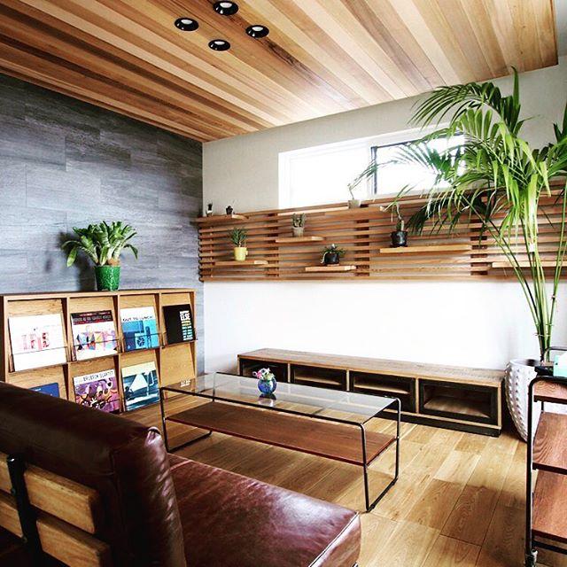 ハナレアルタナで取り扱っているa.depecheの家具で揃えたリビング。第一建設のHIBIKI 樹・BACO 01プランの内装事例です。ウェスタンレッドシダー天然木のフロート天井と、スリット棚(通称;或る棚)で演出された飽きのこない落ち着いた雰囲気の空間によく馴染む家具です。