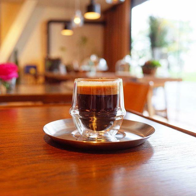 お向かいのアルタナカフェでも使用しているKINTO KRONOSエスプレッソカップ。二重構造になっているので保冷、保温性に優れています。中身が浮いているようにも見えるビジュアルが美しい逸品です。 800yen+tax