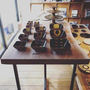 MUKU-TEN×器のしつらえ展 Table1. 陶芦澤のスリップウェアon一枚板テーブルMUKU-TEN本日、最終日です!!17時まで。 唯一無二の無垢板テーブルと天然木の風合いと相性ピッタリのスリップウェアをこの機会に是非ご覧ください。 pic1.ブラックウォールナットの板にスチール(マットブラック塗装)脚のテーブル pic2.ホワイトオークの板にブラックウォールナット脚のテーブル