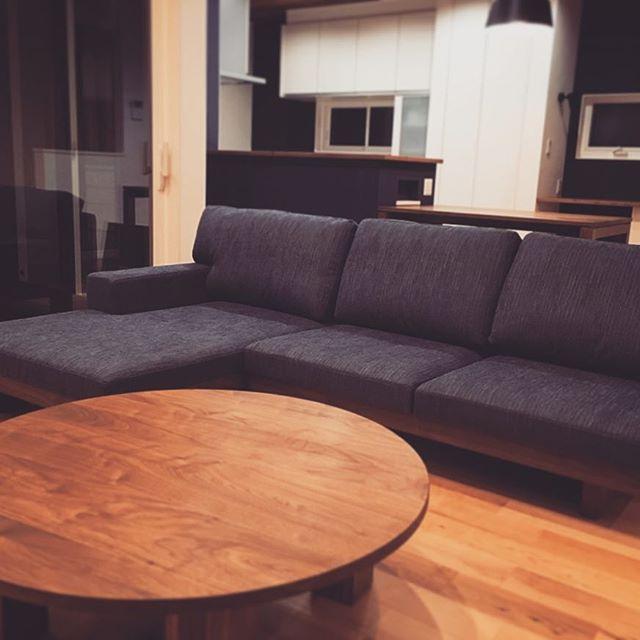 Master Wal家具納品事例。 低座の安定感が人気のDAN ISH SOFAとみんなで囲めるWILD WOOD ENTAKU 家族が集う時間を暖かく演出してくれそうです。