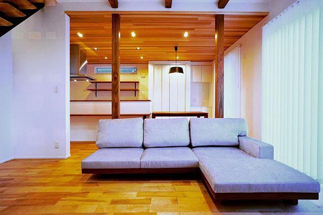 Master Wal家具納品事例。 島田市の新築住宅に納品させていたいた、柔らかく光沢あるシルバーファブリックのマスターウォール デニッシュソファ 『Low & Comfortable』がコンセプトの低座デザインは、リビングルームがより開放的な空間になります。 ブラックウォールナットのフレームは自然素材のフローリングと相性抜群。 デニッシュソファはハナレアルタナ店内に展示中です!