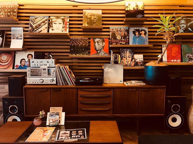 アルタナのラウンジ席は、リビングルームをイメージした空間。 広いソファで是非お寛ぎください。 アナログレコードもお愉しみいただけます。