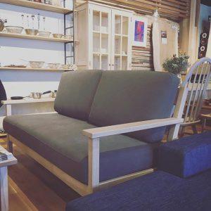 シンプルなデザイン、座り心地、サイズ感が丁度良いソファ。 立ち上がりが楽な高さとほど良い硬さの座面が長時間座っても疲れを感じさせません。 展示ソファの張地はラテDG色。 帆布を染色したのち、バイオ加工により布に柔らかさを加え、自然なムラのある独特の表情に仕上げた布です。 飛騨産業 Northern Forest ソファ2.5P 張地C 186,000yen+ tax