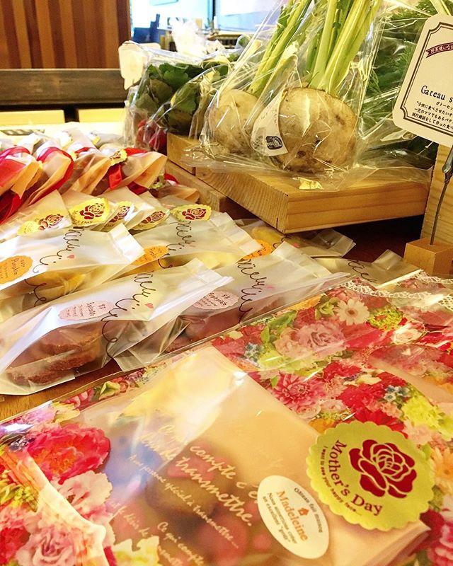 明日5月6日は 「テーブルマーケット」 好評の野菜やパンを始め、薔薇などもあるので少し早めの母の日ギフトにいかがですか? カフェでは有機野菜とカレーのバイキングを行なっておりますのでこちらもお楽しみに(^^)
