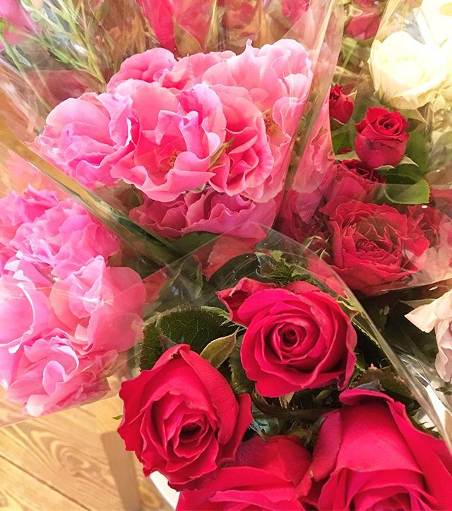 母の日や自分用に、 お家に飾ったりも出来る薔薇はいかがですか? 薔薇は大井川農家さんの直送品! アルタナカフェにて販売しております。 カフェは本日も10時よりオープン中です(^^)