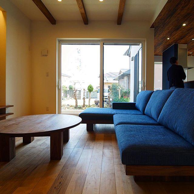 ソファ&リビングテーブル納品事例 アームカウチ付masterwalデニッシュソファは、低い座面にネイビーファブリックが上品で落ち着いた印象。どっしりとしたブラックウォールナットの脚が特徴的な円形リビングテーブルは、masterwalワイルドウッドエンタク 無垢の床との相性抜群です。