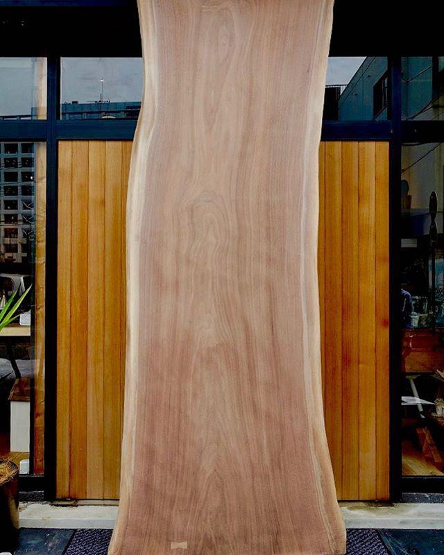 特上ブラックウォールナット一枚板 が入荷しました。 W2500mm×D1000m〜830mmの節目なく美しい木目の幅広サイズは、あまりお目にかからない特上一枚板。6人〜8人掛け対応。広いリビングダイニングやオフィスの来客、ミーティングテーブルにオススメです! サイズが大きくハナレ店内に展示できない為、向かいのアルタナカフェのエントランスに展示中です!