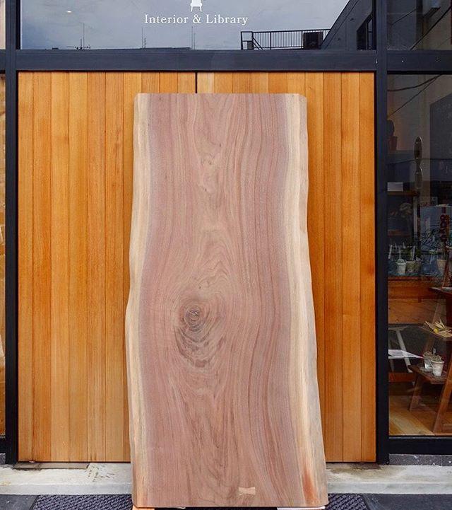 節目がちょっとワイルドな印象の幅広ブラックウォールナット一枚板テーブルは、10万円台のスペシャルプライス 198,000yen +tax 1800mm ×720mm
