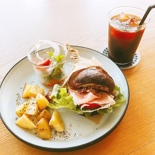 生ハムフォカッチャサンド アルタナカフェのフォカッチャは米粉と小麦粉をブレンドしていてもっちりとした食感が楽しめます(^^) アルタナカフェは本日も10時から17時までのオープンです。