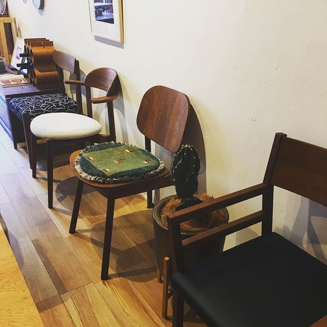ハナレの家具や雑貨の配置は定期的に変更しているのですが、お客様に「前来た時と印象が違う!」と言われることが多々あります 今回はチェアをずらっと並べ、座り心地を比べていただける配置となりました! ぜひご体感ください♪ .