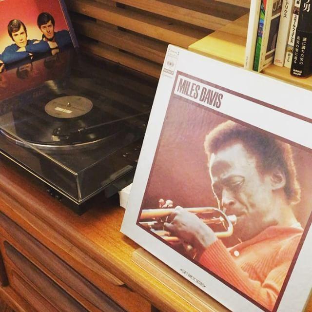 レコードあり〼 お好きなレコードが見つかるかもしれませんよ! アルタナカフェは本日も10時から17時までのオープンです。