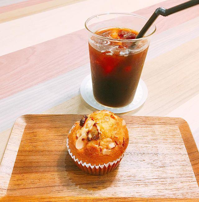 「キャラメルバナナマフィン」 しっとりとした食感の中にバナナの風味とキャラメルが良く合います(^^) 冷たいアイスコーヒーとぜひ! アルタナカフェは本日も10時から17時までのオープンです。