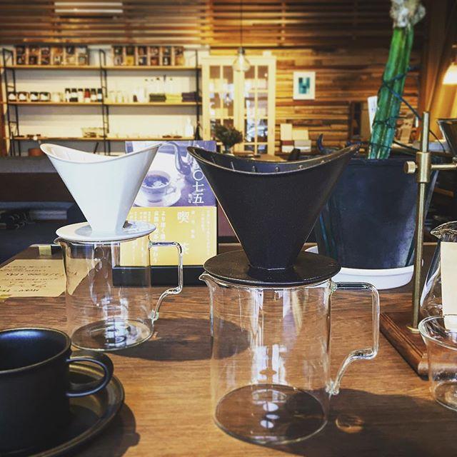 「新商品入荷」 KINTO OCTブリューワージャグセット4cups 3,500yen+ tax 使い心地とデザインを兼ね備えた、陰影が美しいコーヒーウェア。八角形をベースに構成されたコーヒーウェアOCT。大きなカーブを描いた縁のシルエットが特徴的なブリューワーは、ペーパーフィルターの取り外しがしやすい設計となっています。 ◆8/13(月)は夏季休業とさせていただきます。14(火)〜16(木)は定休日。8/17(金)より通常営業いたします。 ご不便をおかけしますが、よろしくお願いいたします。