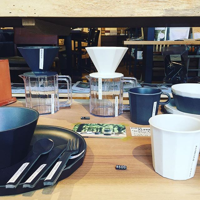 「新商品情報」 KINTO ALFRESCOシリーズ 身近な外での食事をカジュアルに愉しむテーブルウェア。 樹脂製の為、衝撃に強く、持ち運びに適しています。お子様用や、キャンプ、BBQなどのアウトドアシーンにもピッタリ! ・ブリューワージャグセット4cups 2,500yen+ tax ・マグ 600yen+ tax ・プレート190mm 500yen+ tax ・プレート250mm 900yen+ tax ・ボウル150mm 500yen+ tax ・ボウル160mm 800yen+ tax ・スプーン/フォーク/ナイフ各250yen+ tax ◆8/13(月)は夏季休業をいただきます。14(火)〜16(木)は定休日。8/17(金)より通常営業いたします。 ご不便をおかけしますが、よろしくお願いいたします。