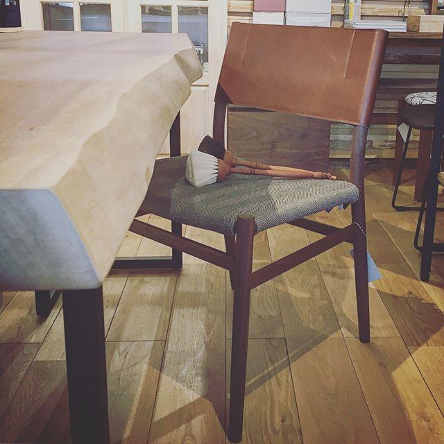 見た目以上に軽い椅子。 masterwalのUC4ダイニングチェアは軽量ながら、強度と座り心地にこだわった繊細なフレームが特徴のチェア。 スリムなプロポーションながら、 身体を支えてくれるしなやかな座面とレザーの背もたれが頼もしい。 美しい後ろ姿の手掛けを持って引いた途端、その軽さに驚かされます! masterwal UC4ダイニングチェア 木部;ウォールナット 張地;ランク5 65,000yen+ tax