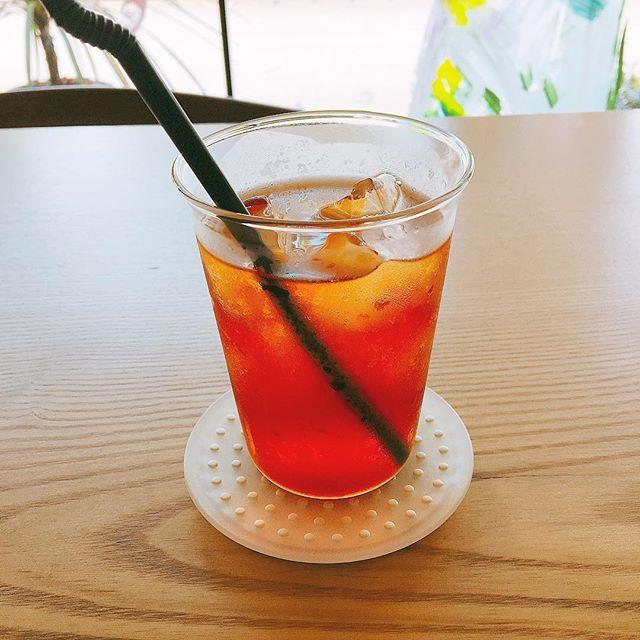 「アイスティー」 使用している茶葉はteteriaさんのニルギリ ホットでもアイスでも飲みやすいスッキリとした後味! ストレートかシロップを入れるかはお好みで(^^) アルタナカフェは本日も10時から17時までのオープンです。