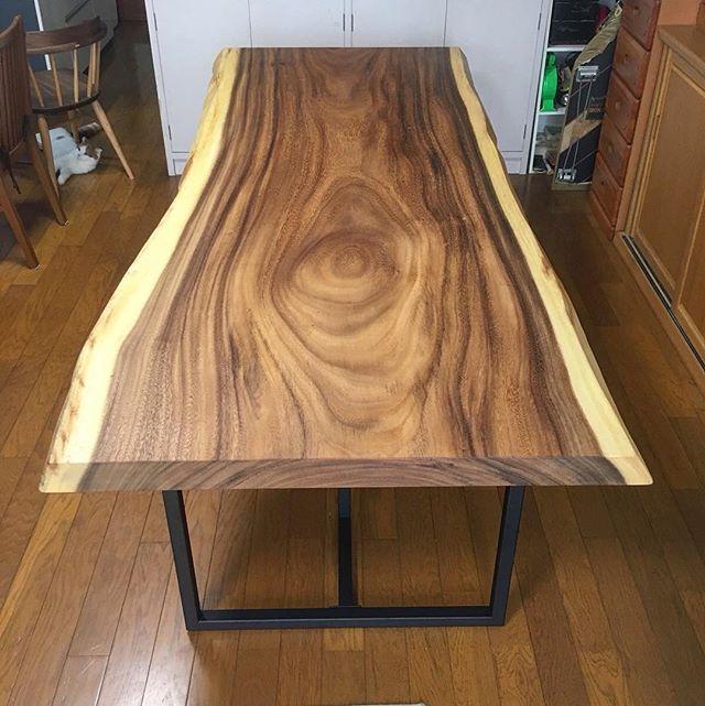 モンキーポッド無垢一枚板MUKUTEN納品事例。 先日、お客様のお宅にアルタナオリジナルMUKUTEN一枚板ダイニングテーブルを納品しました。 今回ご購入いただいた木は「モンキーポッド」。 こちらは日立のコマーシャル「この木なんの木、気になる木…」で有名な、あの木です!ご存知でしたでしょうか? かなり大きく成長する樹種で、木目は広め。辺材が白、心材が茶で色の違いがはっきりと表れるのが大きな特徴で、お客様にもこの色合いを気に入っていただいております。 床や他の家具の色と良くなじんでおり、お部屋の雰囲気にぴったり。6人ゆったり掛けサイズ。 塗装はオイル塗装で、無垢板の自然な風合いを楽しんでいただくことができます。 K様、この度はありがとうございました。