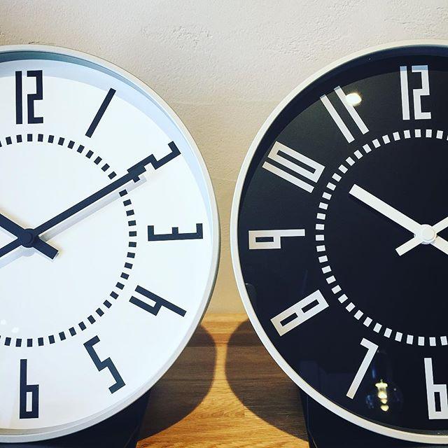 札幌駅の東西両コンコースの駅時計のデザインをオリジナルに沿って壁掛時計として開発。駅時計にふさわしい、読み易く、美しい文字盤デザインを踏襲しています。究極のベーシックデザインが追求された時計です。 eki clock エキ クロック ホワイト/ブラック 直径250mm×奥行き40mm 12,000yen+ tax