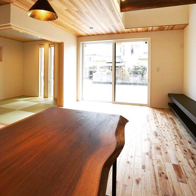 ブラックウォールナット無垢一枚板MUKUTEN納品事例。 藤枝市の新築住宅に 美しいプロポーションの世界三大銘木のひとつブラックウォールナットのダイニングテーブル。 明るく素朴な表情のチェリーラスティックの無垢床とのコーディネートで深みが増し、より個性的な一枚板になりました。 Kさまありがとうざいました!